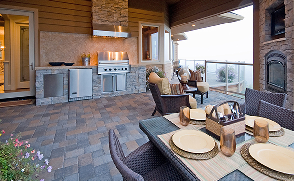 Southeastern Wisconsin deck builder- High Quality Contracting, Inc. example of outdoor kitchen